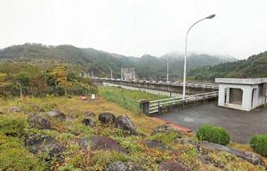 東荒川ダム記念碑