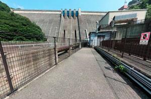 草木ダム発電所脇