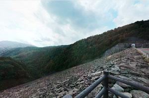玉原ダム天端下流側