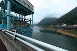 大川ダム天端